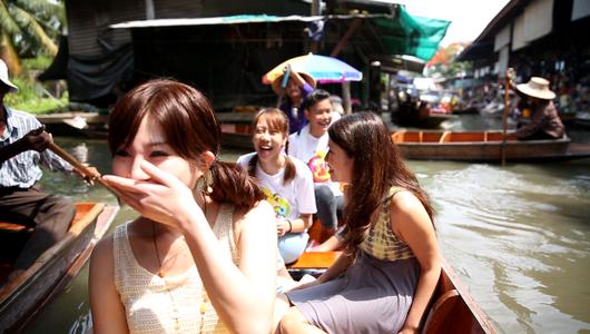 แกลอรีภาพ เยือนตลาดน้ำเล่นเกมบนเรือ